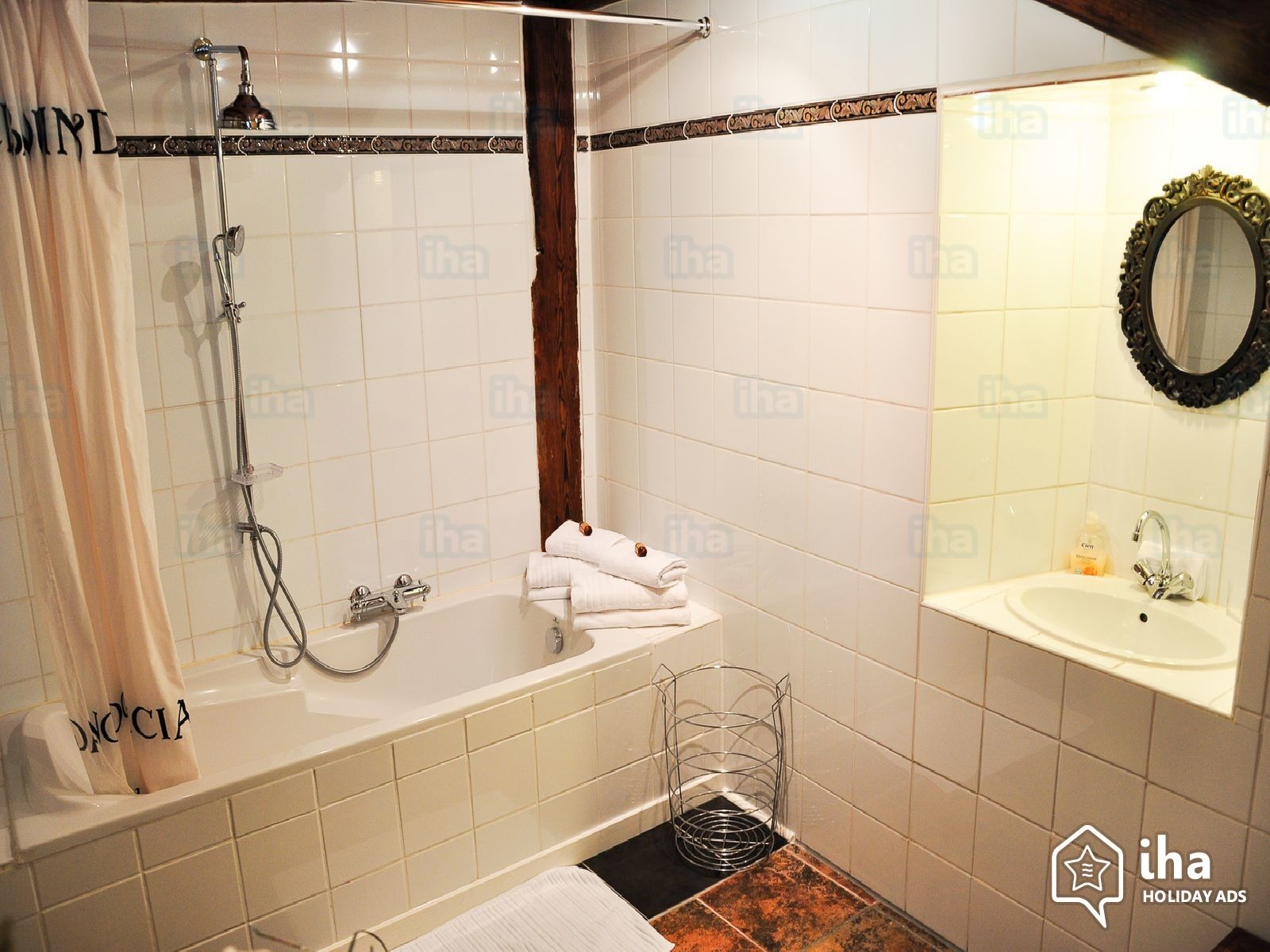 Avoid shower doors for designing small bathrooms