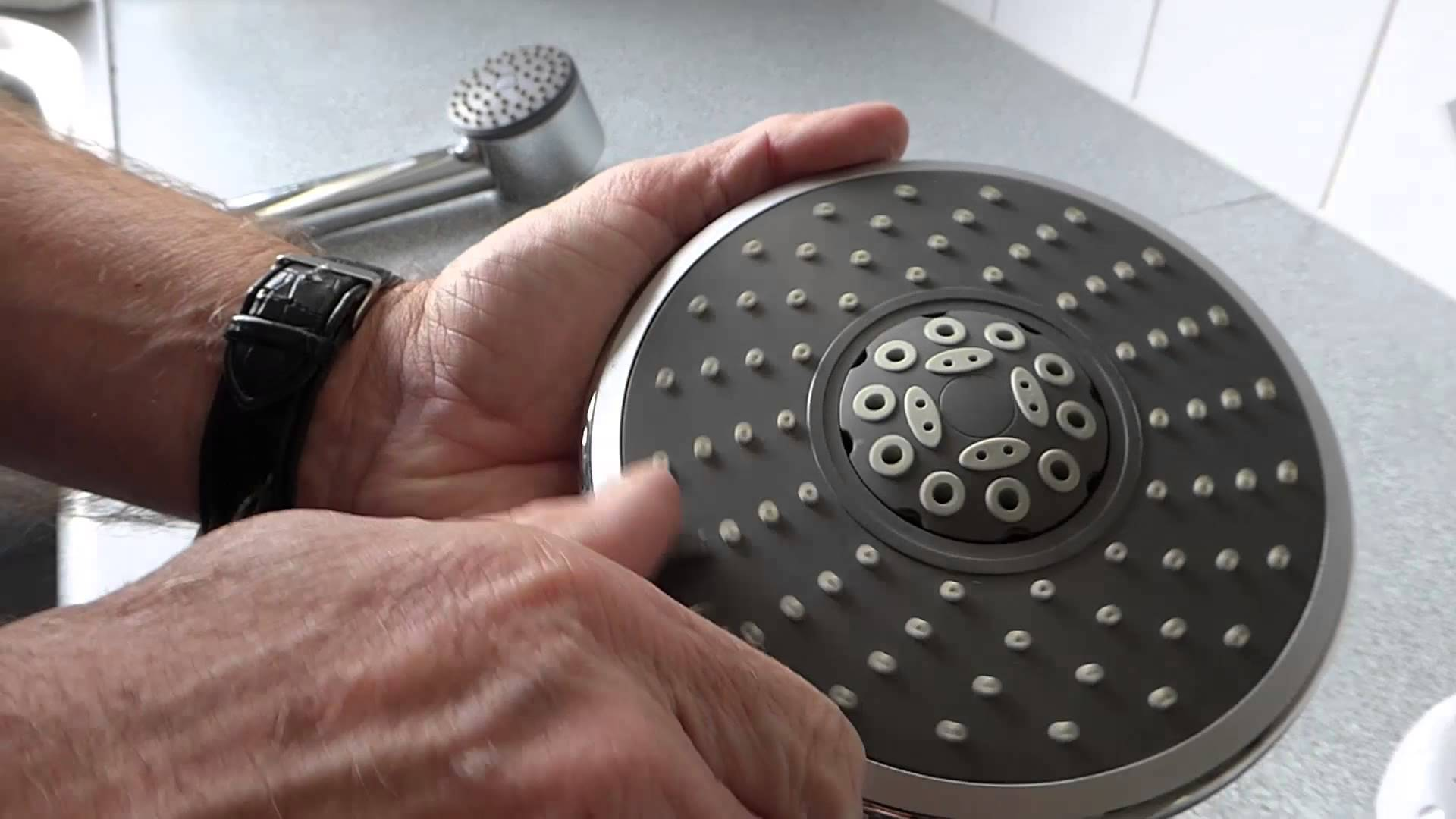 cleaning a filter screen of a shower head