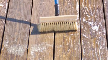 Cleaning of the surface before you paint on a varnished wood
