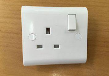 White UK Single Switched Socket Plug