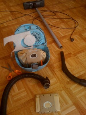Vacuum cleaner with dust bag